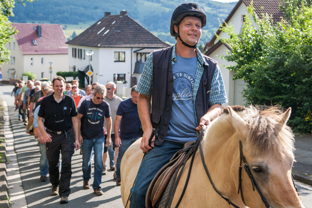 Reiter Matthias Schneider führt die Marschübung an