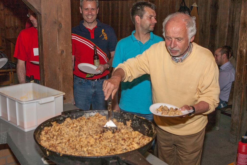 Christian Leuschner, Andreas Bende und Fritz Siemon beim Eieressen in der Waldhütte nach der Versammlung