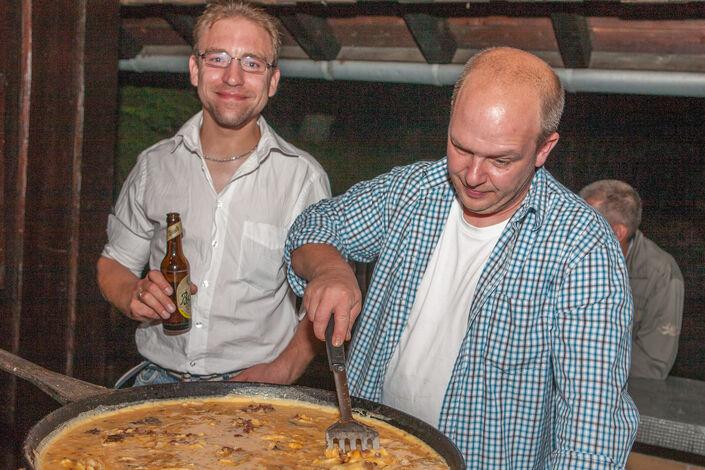 Björn Hohn und Heinz Dieter Maaß beim nächtlichen Eierbacken