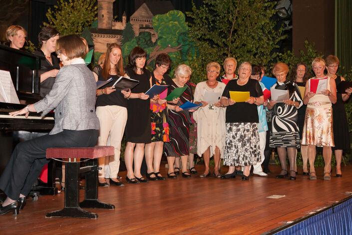 Schleifenüberreichung: Die Damen singen