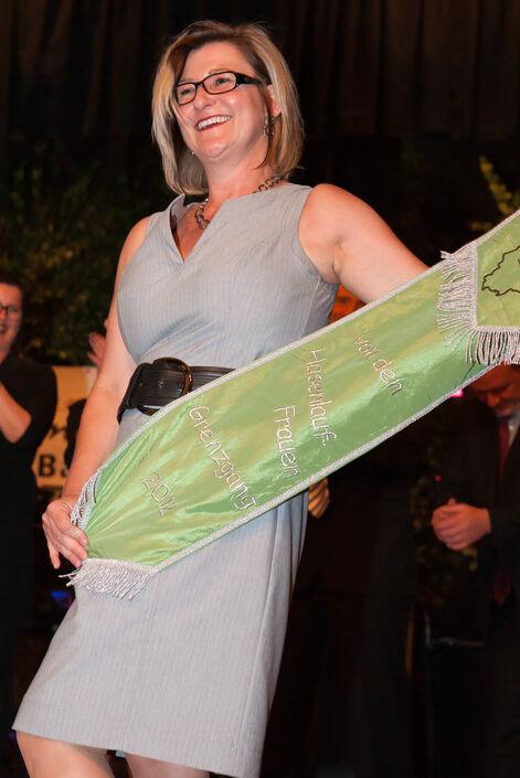 Schleifenüberreichung: Gabi Bastian präsentiert die neue Schleife des Jahres 2012