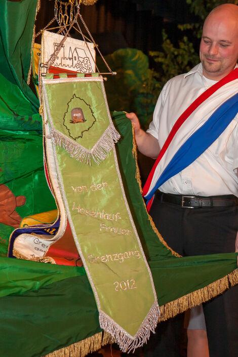 Schleifenüberreichung: Die neue Schleife des Jahres 2012 findet ihren Platz an der Fahne