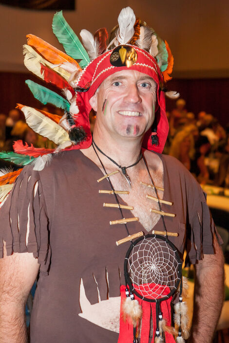 """Schleifenüberreichung: Andreas Wille als """"Indianer"""" der """"Village People"""""""