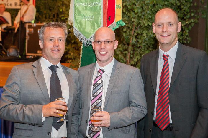 Schleifenüberreichung: Olaf Engelhardt, Torsten Weber und Holger Cyriax
