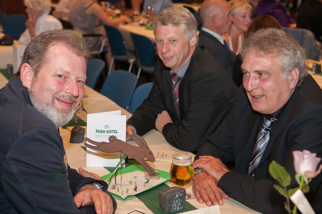 Schleifenüberreichung: Ivo Plohnke, Komitee-Mitglied Jörg Nassauer und Klaus Demme