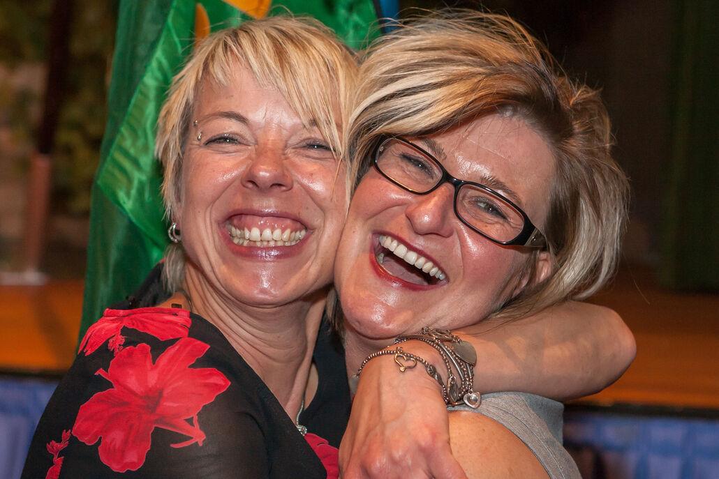 Schleifenüberreichung: Petra Kötteritzsch und Gabi Bastian