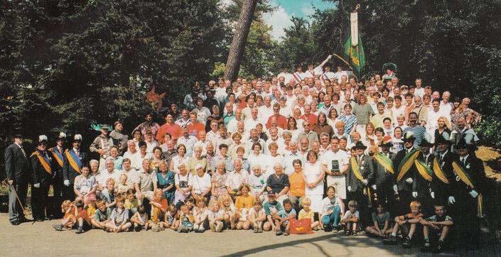 Grenzgang 1998: Die Männergesellschaft Hasenlauf auf ihrem Waldplatz